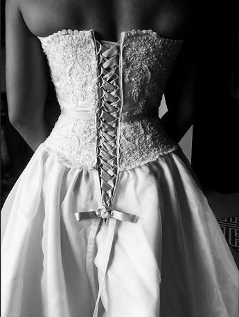 Bruid, details bruidsjurk, zwart-wit fotografie