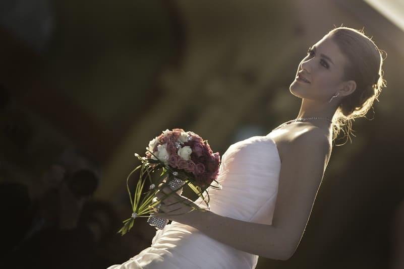 Bruid in tegenlicht, bruidsboeket