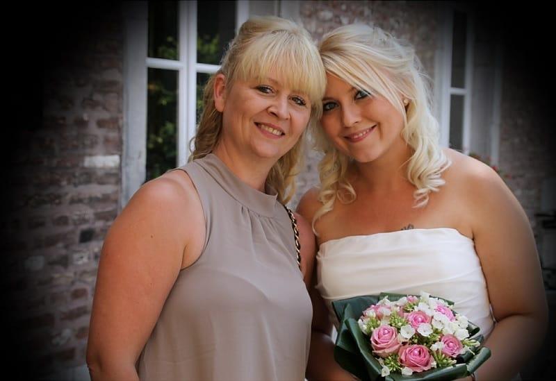 Bruid met moeder, trouwfoto's zijn voor de hele familie