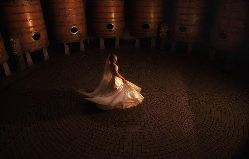 Fotoshoot wijnkelder bruid, bijzondere locatie voor fotograaf