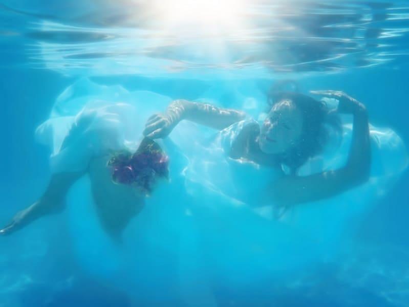 Bruid onder water, alternatieve creatieve fotoshoot