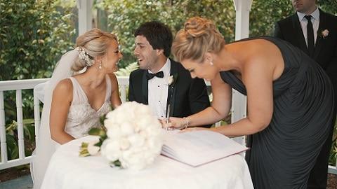 Tekenen huwelijksakte getuige - bruidspaar