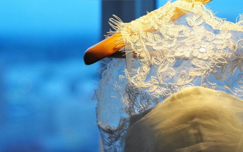 Trouwjurk op hanger - voorbereiding bruiloft - aankleden bruid