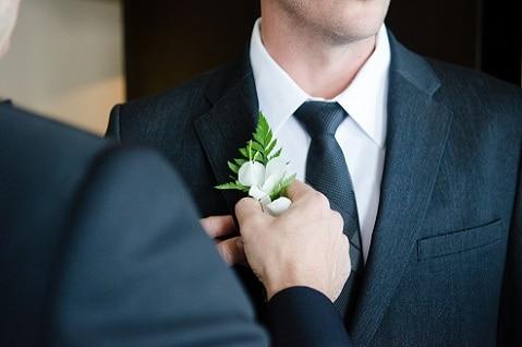 Voorbereiding bruidegom - corsage, pak