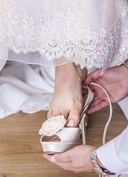 Voorbereiding bruiloft - aankleden bruid - trouwschoenen