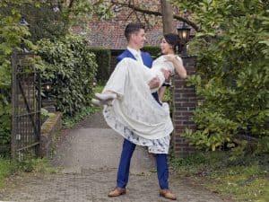 Betaalbare huwelijksfotograaf Eindhoven Brabant, kanten trouwjurk, Gea en Ed