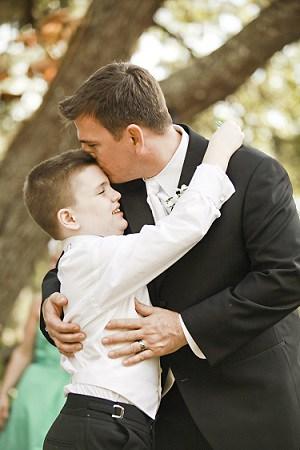 Bruidegom met zoon vlak voor ceremonie