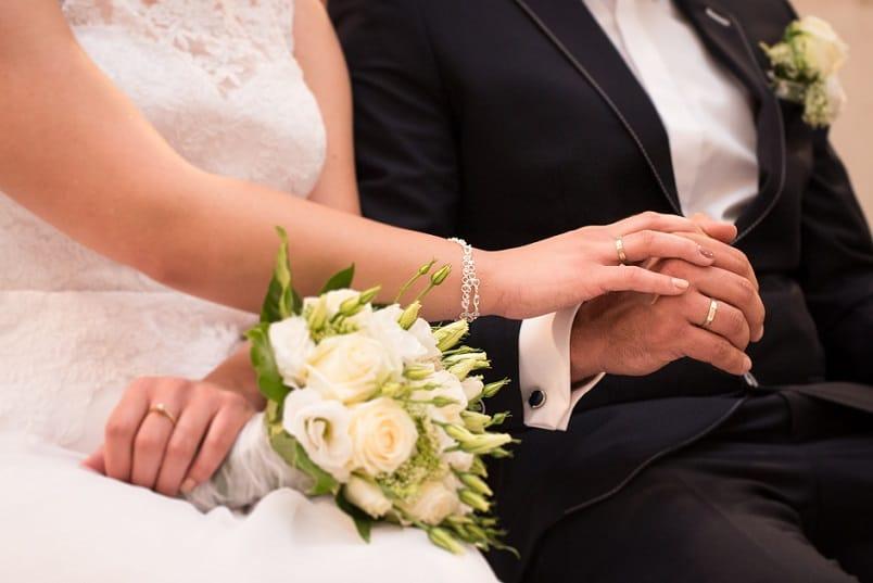 Bruidspaar tijdens speech trouwambtenaar