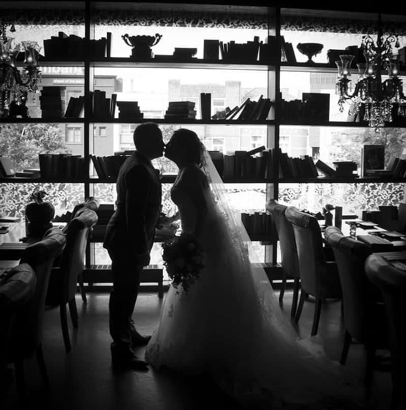 Trouwfotograaf Eindhoven, bruidspaar zwart wit fotografie, Marieke