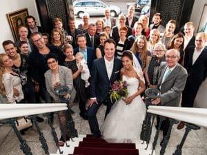 Trouwfotograaf Eindhoven, groepsportret bruidspaar familie trap, Martijn