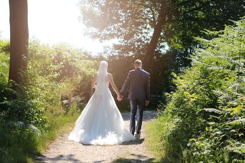 Trouwfotograaf Amersfoort, bruidspaar zonnig bos, Josje