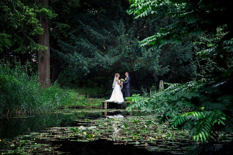 Trouwfotograaf Zoetermeer- Marijke Toorop, bruidspaar bij vijver in park