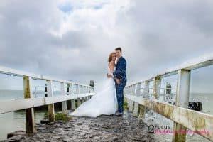 Trouwfotograaf groningen drenthe friesland - Bruidspaar op de pier
