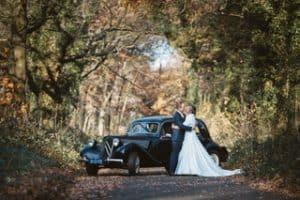 Huwelijksfotograaf Limburg, Landgraaf, trouwauto bos, Marischa