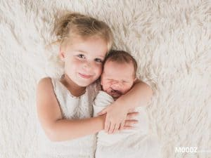 Newborn shoot Limburg, newborn baby met zusje