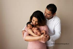 Newborn shoot fotograaf Gelderland - Linda, ouders met newborn baby