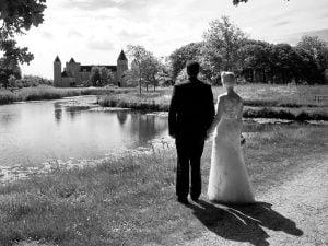 Trouwfotograaf Goes - Anneke Veronica, bruidspaar bij kasteel