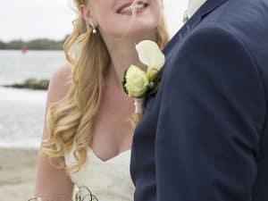 Trouwfotograaf Goes - Anneke Veronica, bruidspaar op strand