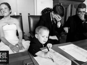 Trouwfotograaf Heerlen, Limburg - Sjurlie, bruidsjonker tekent als getuige