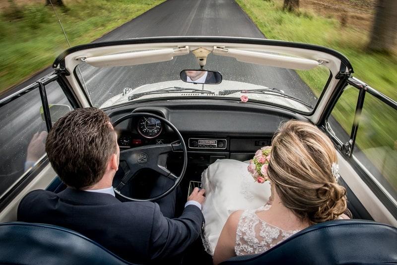 Trouwfotograaf Limburg - Erwin Deckers Fotografie, bruidspaar in trouwauto