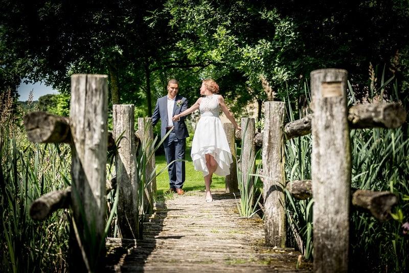 Trouwfotograaf Limburg - bruidspaar op brug, Erwin