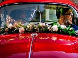 Trouwfotograaf Zeeland - Astrid, bruidspaar in trouwauto
