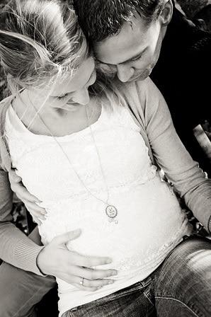 Zwangerschapsfotoshoot Overijssel - Shot by Lot, mama met buik en papa