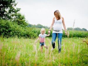Zwangerschapsfotoshoot Overijssel - Shot by Lot, mama met dochter en buik