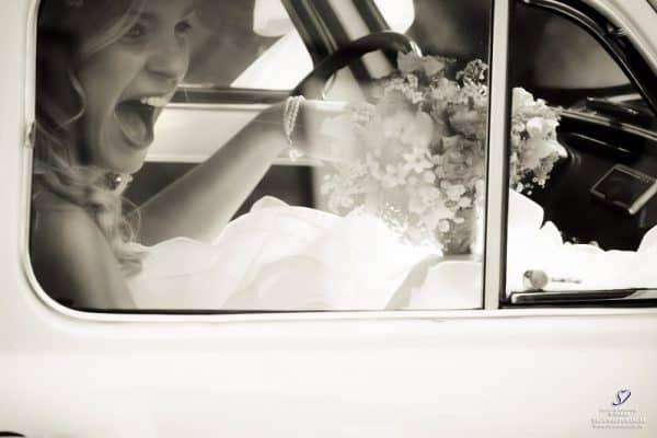 bruidsfotograaf-akersloot-alkmaar-bruid-in-trouwauto