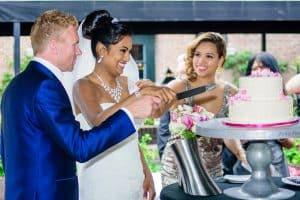 Bruidsfotograaf Rotterdam, bruidstaart aansnijden, Ed