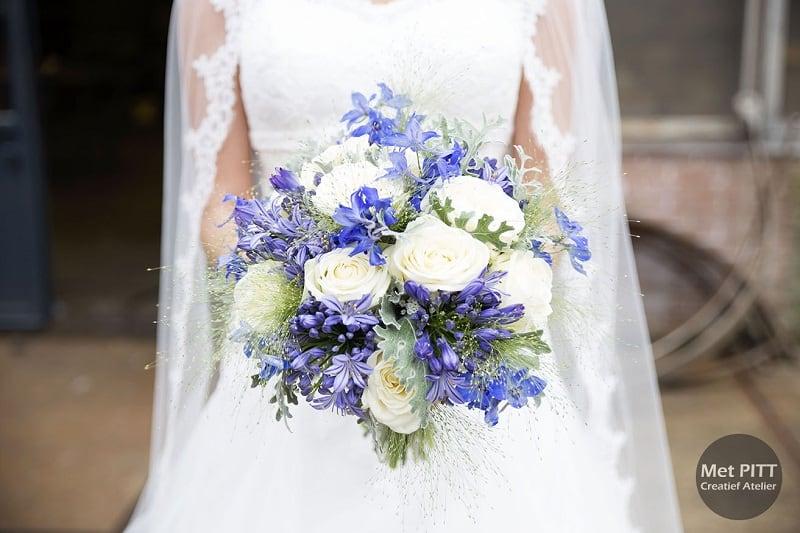 bruidsfotograaf-urk-flevoland-bruid-met-bruidsboeket-ellen