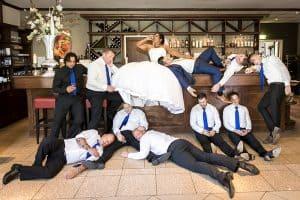 Bruidsfotografie Zoetermeer, spontaan grappig gasten, Marc