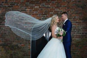 Bruidsreportage Groningen, sluier bruidspaar, Paul