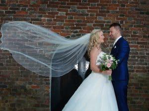 Bruidsreportage-Groningen-sluier-bruidspaar-Paul