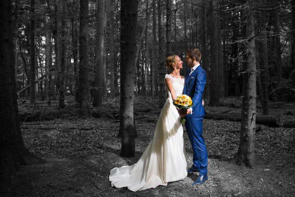 Goedkope trouwfotograaf Groningen, bos zwart wit kleureffect, Dineke
