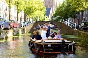 Trouwfotograaf Den Haag, bruidspaar in boot, Irene