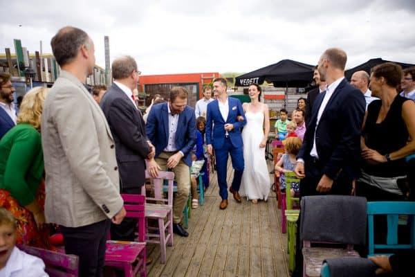 trouwfotograaf-den-haag-strandpaviljoen-ceremonie-buiten