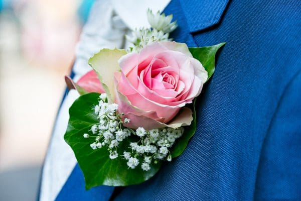Bruidegom bruidscorsage, betaalbare trouwfotografie Leeuwarden, Fonger