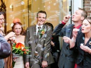 Bruiloft Friesland, bellenblaas net getrouwd bruiloftsgasten, Fonger