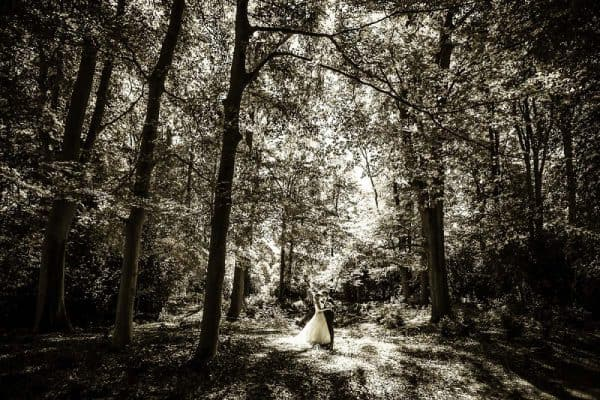 Budget trouwfotografie Leeuwarden, bruidspaar bos, Fonger