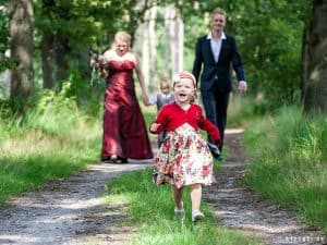 Goedkope bruidsfotograaf Leeuwarden, bruidsmeisje bos trouwreportage, Fonger