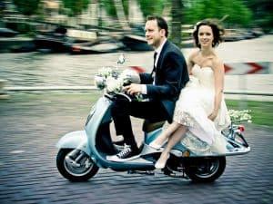 Goedkope bruidsfotograaf Leeuwarden, huwelijk scooter, Fonger