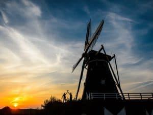 Bruidsfotografie-Limburg-ondergaandezon-silhouette bruidspaar, Eric