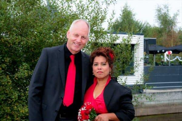 Goedkope huwelijksfotograaf Den Bosch, bruidspaar rood, Pim