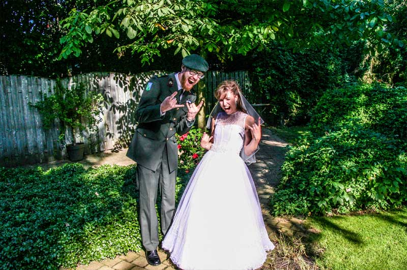 Goedkope trouwfotograaf Den Bosch, stralend bruidspaar, Pim