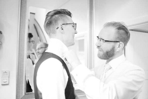 Goedkope trouwfotograaf Friesland, bruidegom best man, Lex