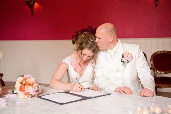 Goedkope trouwfotograaf Friesland, ceremonie trouwakte bruidspaar, Lex