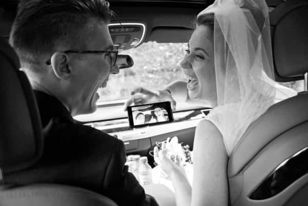 Goedkope trouwfotograaf Leeuwarden Friesland, trouwauto bruidspaar, Lex