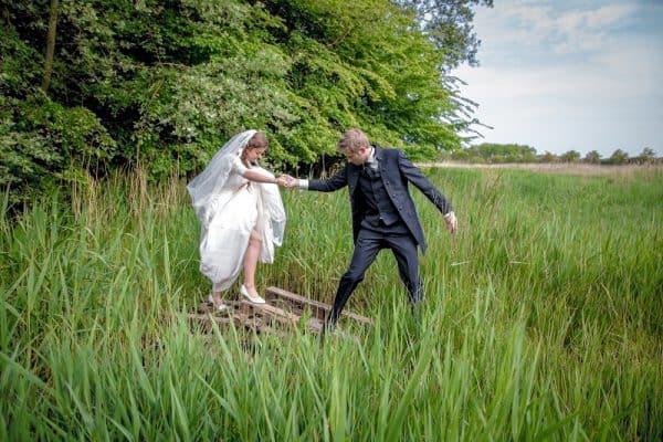 Bruidsfotografie Zeeland, bruid in weiland, Dick