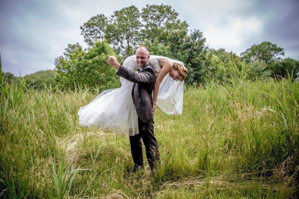 Fotograaf bruiloft Zeeland, weiland, spontaan bruidspaar, Dick